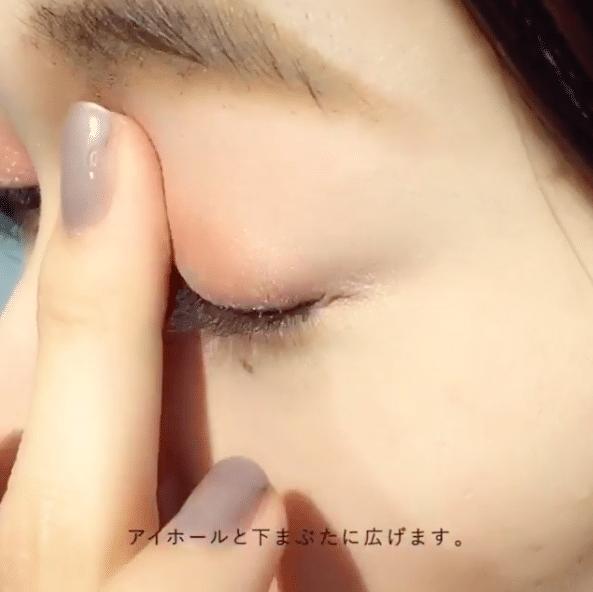 先用淺橘色眼影在眼窩位置打底。
