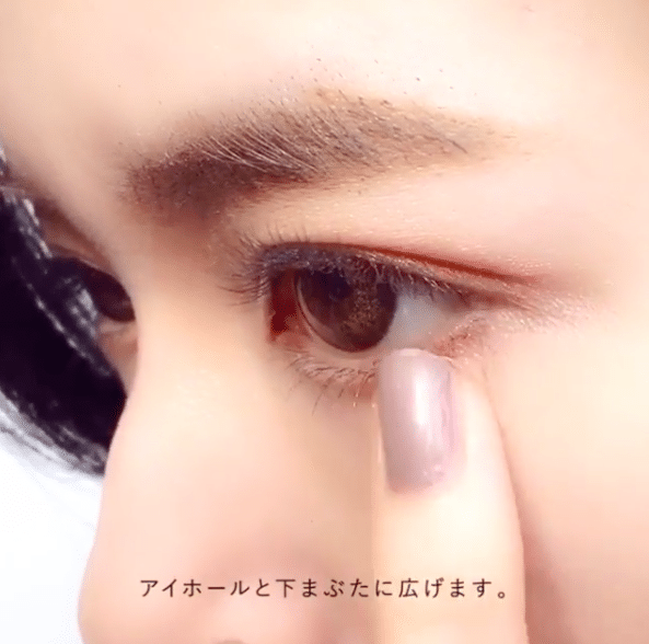 在下眼尾的位置也掃上淺橘色眼影。