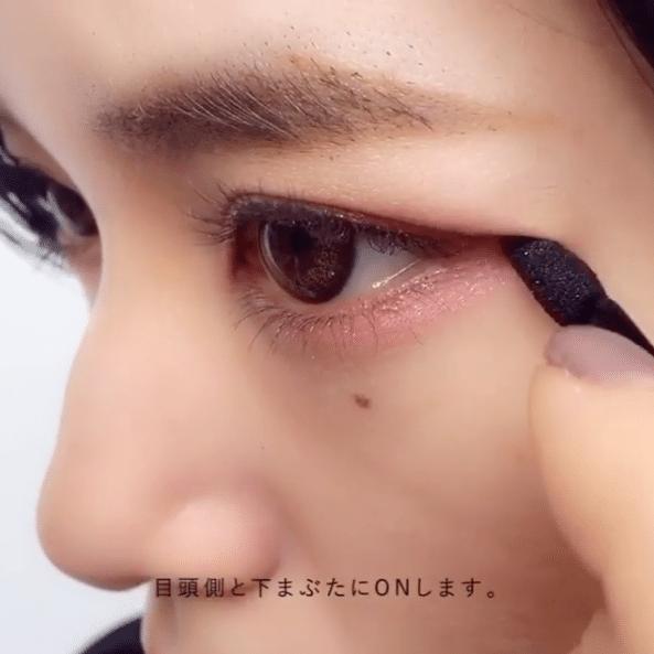 「留白畫法」在下眼尾的1/3的地方都掃上粉紅色眼影,不但能縮小眼睛長度,更可畫出圓潤大眼。