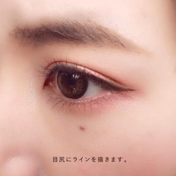 在眼尾位置畫上小三角的眼線。