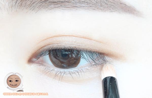 用貼近膚色的眼影輕輕掃在眼窩和下眼線處,刷的範圍不要超過眼摺,製造出看起來像沒畫眼影的感覺