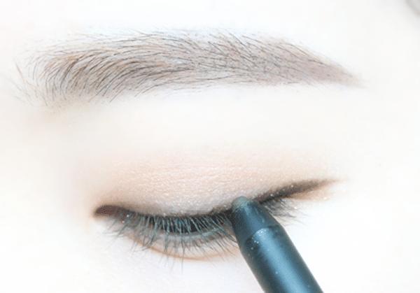 選擇黑色的眼線筆僅靠著睫毛根部,畫出細細的眼線,眼尾的部分不要刻意拉長,順著眼尾的弧度延伸一點點即可