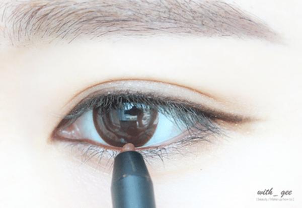 用帶點珠光的紅色眼線筆在眼珠下方的下眼處輕輕描繪,為眼妝增加一點層次和亮點(所有動作都要很輕巧哦~太死實就不自然了)
