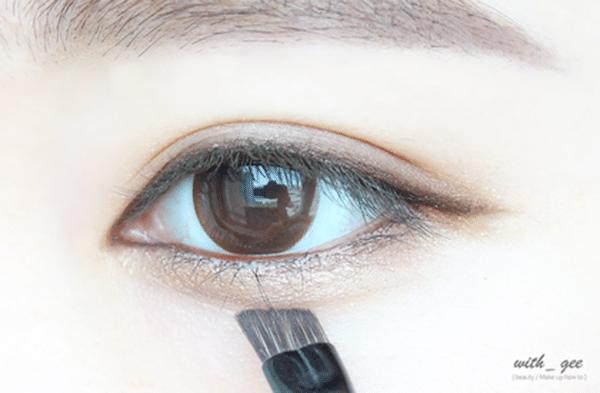 沾取帶亮粉的眼影輕刷在臥蠶處,製造出像是子瑜style的迷人桃花臥蠶
