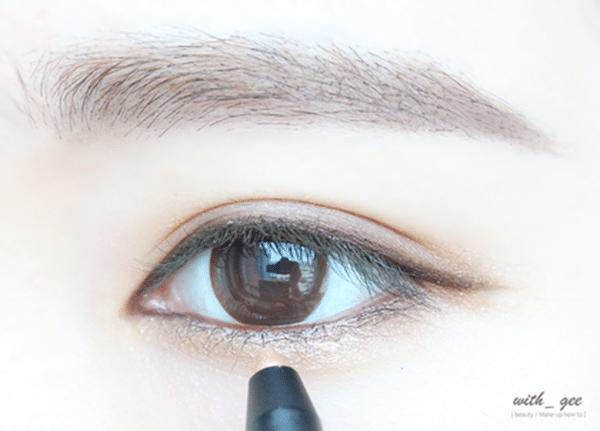 最後用亮米色再度加強在眼珠下方的下眼處,在臥蠶的部分打造水汪汪的嫵媚眼神
